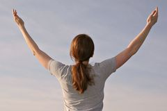θηλυκές επάνω νεολαίες βραχιόνων Στοκ φωτογραφία με δικαίωμα ελεύθερης χρήσης