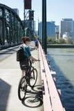 θηλυκές νεολαίες κατόχων διαρκούς εισιτήριου ποδηλάτων Στοκ εικόνες με δικαίωμα ελεύθερης χρήσης