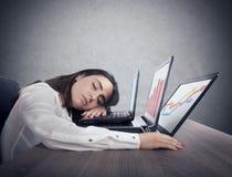 Θηλυκές πτώσεις εργαζομένων κοιμισμένες ταυτόχρονα εργαζόμενος σε τρία lap-top στοκ εικόνες με δικαίωμα ελεύθερης χρήσης