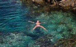 Θηλυκές σαφείς διακοπές νερού Στοκ Εικόνα