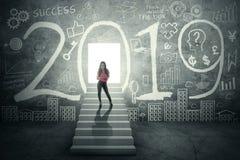 Θηλυκές στάσεις επιχειρηματιών με τον αριθμό 2019 στοκ φωτογραφία