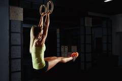 Θηλυκή άσκηση αθλητών crossfit Στοκ Φωτογραφία