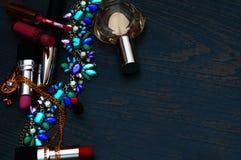 Θηλυκή έννοια blogger μόδας Ελάχιστο σύνολο εξαρτημάτων γυναικών στο υπόβαθρο Ακόμα ζωή των αντικειμένων: καλλυντικά, άρωμα, κόσμ στοκ φωτογραφίες