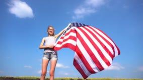 Θηλυκή ΑΜΕΡΙΚΑΝΙΚΗ σημαία εκμετάλλευσης στη φύση απόθεμα βίντεο