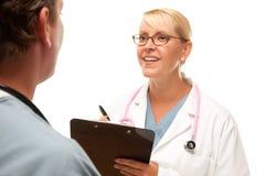 θηλυκή αρσενική ομιλία γιατρών στοκ εικόνα