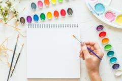 Θηλυκή βούρτσα εκμετάλλευσης χεριών, να βρεθεί φωλιών watercolor και άσπρο σημειωματάριο Επίπεδος βάλτε, τοπ άποψη τοποθετήστε το στοκ φωτογραφία με δικαίωμα ελεύθερης χρήσης