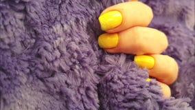 Θηλυκή γούνα μανικιούρ χεριών κίτρινη, σε αργή κίνηση απόθεμα βίντεο