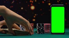 Θηλυκή δέσμη προσθήκης των χρημάτων στα σημεία τυχερού παιχνιδιού, επικίνδυνο σε απευθείας σύνδεση παιχνίδι πόκερ, με όλα συμπερι φιλμ μικρού μήκους
