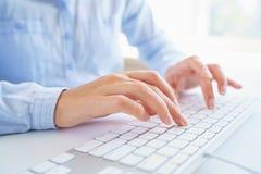 Θηλυκή δακτυλογράφηση εργαζομένων γραφείων γυναικών στο πληκτρολόγιο Στοκ φωτογραφία με δικαίωμα ελεύθερης χρήσης
