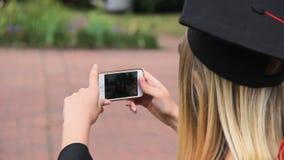 Θηλυκή διαβαθμισμένη μαγνητοσκόπηση οι φίλοι της στο κινητό τηλέφωνο και την παρουσίαση αντίχειρας-επάνω απόθεμα βίντεο
