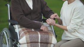 Θηλυκή εκμετάλλευση και ήπια να κτυπήσει ηλικίας αρσενικό χέρι, που επισκέπτονται granddad στο νοσοκομείο απόθεμα βίντεο