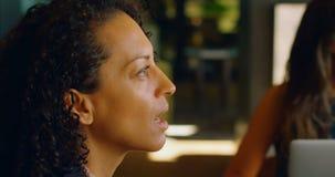 Θηλυκή εκτελεστική αλληλεπίδραση με τους συναδέλφους στην καφετέρια 4k απόθεμα βίντεο