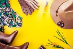 Θηλυκή εξάρτηση άνοιξη Σύνολο ενδυμάτων, παπουτσιών και εξαρτημάτων στοκ φωτογραφίες με δικαίωμα ελεύθερης χρήσης