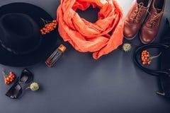 Θηλυκή εξάρτηση φθινοπώρου Σύνολο ενδυμάτων, παπουτσιών και εξαρτημάτων στοκ φωτογραφία