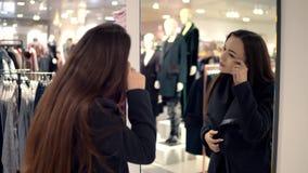 Θηλυκή επιθεώρηση πελατών και πετσέτες αγοράς στην υπεραγορά απόθεμα βίντεο