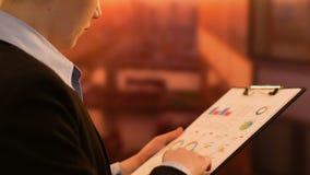Θηλυκή επιχείρηση CEO που ελέγχει τα στοιχεία στην έρευνα μάρκετινγκ, στρατηγική ανάπτυξης απόθεμα βίντεο