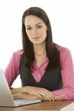 Θηλυκή επιχειρηματίας που χρησιμοποιεί το lap-top στο γραφείο Στοκ εικόνα με δικαίωμα ελεύθερης χρήσης