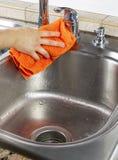 Θηλυκή καταβόθρα κουζινών χεριών ξεραίνοντας Στοκ Εικόνα