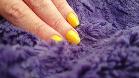 Θηλυκή κομψή γούνα glamor σχεδίου μανικιούρ χεριών κίτρινη, σε αργή κίνησ φιλμ μικρού μήκους