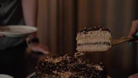 Θηλυκή κοπή το κέικ απόθεμα βίντεο