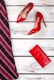 Θηλυκή κόκκινη και μαύρη φούστα, εξαρτήματα στοκ εικόνα