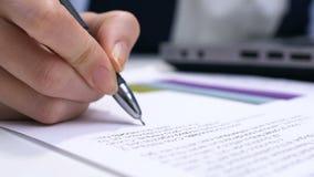 Θηλυκή κύρια δακτυλογράφηση στο lap-top και υπογραφή της έκθεσης, που εγκρίνει το πρόγραμμα, αρχή απόθεμα βίντεο