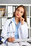 Θηλυκή λαβή λαβής γιατρών στην ασημένια μάνδρα και το μαξιλάρι βραχιόνων Στοκ φωτογραφία με δικαίωμα ελεύθερης χρήσης