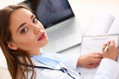 Θηλυκή λαβή λαβής γιατρών στην ασημένια μάνδρα και το μαξιλάρι βραχιόνων Στοκ εικόνα με δικαίωμα ελεύθερης χρήσης
