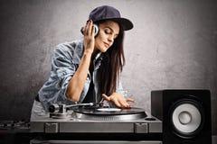 Θηλυκή παίζοντας μουσική του DJ σε μια περιστροφική πλάκα στοκ εικόνες με δικαίωμα ελεύθερης χρήσης