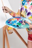 Θηλυκή παλέτα εκμετάλλευσης καλλιτεχνών με τα χρώματα για το σχέδιο Στοκ φωτογραφίες με δικαίωμα ελεύθερης χρήσης