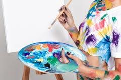 Θηλυκή παλέτα εκμετάλλευσης καλλιτεχνών με τα χρώματα για το σχέδιο Στοκ εικόνες με δικαίωμα ελεύθερης χρήσης