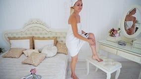 θηλυκή πρότυπη πετσέτα Αγωνιωδώς εξετάζοντας τη κάμερα και ανατρεμμένος, η εκμετάλλευση παραδίδει Στοκ Φωτογραφίες