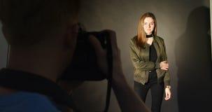 Θηλυκή πρότυπη τοποθέτηση για έναν βλαστό φωτογραφιών απόθεμα βίντεο