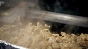 Θηλυκή σάλτσα κέτσαπ πλανόδιων πωλητών τεθειμένη χέρια στο taco υπαίθρια Μεξικάνικα πρόχειρα φαγητά κουζίνας, μαγειρεύοντας γρήγο φιλμ μικρού μήκους