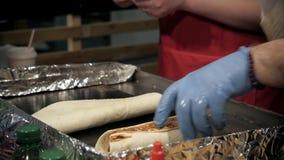 Θηλυκή σάλτσα κέτσαπ πλανόδιων πωλητών τεθειμένη χέρια στο taco υπαίθρια Μεξικάνικα πρόχειρα φαγητά κουζίνας, μαγειρεύοντας γρήγο απόθεμα βίντεο