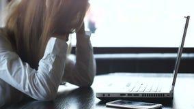 Θηλυκή σκέψη freelancer νευρικά, που λειτουργεί στο lap-top, προθεσμία υπερήμερη απόθεμα βίντεο