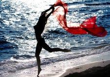 Θηλυκή σκιαγραφία στην ανασκόπηση θάλασσας ηλιοβασιλέματος Στοκ Εικόνα