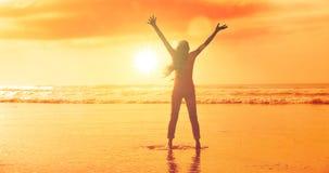 Θηλυκή σκιαγραφία στην παραλία στοκ εικόνες με δικαίωμα ελεύθερης χρήσης