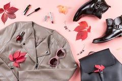 Θηλυκή συλλογή ενδυμάτων φθινοπώρου Οι γυναίκες πέφτουν έννοια μόδας Σακάκι δέρματος, μπότες αστραγάλων και σακίδιο πλάτης υπερυψ στοκ εικόνα