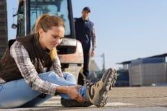 Θηλυκή συνεδρίαση εργαζομένων στο πάτωμα στην αποθήκη εμπορευμάτων Στοκ εικόνα με δικαίωμα ελεύθερης χρήσης