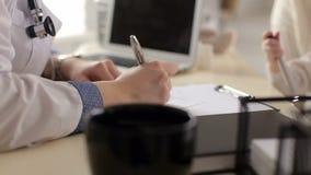 Θηλυκή συνταγή γραψίματος γιατρών, κινηματογράφηση σε πρώτο πλάνο Ιατρικές αναφορές γραψίματος γιατρών απόθεμα βίντεο
