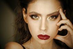 Θηλυκή σύνθεση μοντέρνη θέτοντας γυναίκα Γυναίκα με το νέο πρόσωπο δερμάτων, skincare Γυναίκα με το φωτεινό makeup και τα κόκκινα Στοκ εικόνες με δικαίωμα ελεύθερης χρήσης