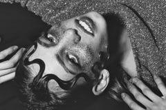 Θηλυκή σύνθεση μοντέρνη θέτοντας γυναίκα Το όμορφο κορίτσι μόδας με τις διακοπές ακτινοβολεί makeup Στοκ φωτογραφία με δικαίωμα ελεύθερης χρήσης