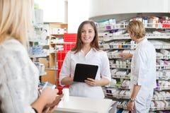 θηλυκή ταμπλέτα φαρμακοπ&o Στοκ Εικόνες