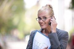 θηλυκή τηλεφωνική πραγματική ομιλία κτημάτων πρακτόρων Στοκ εικόνες με δικαίωμα ελεύθερης χρήσης