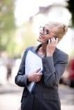 θηλυκή τηλεφωνική πραγματική ομιλία κτημάτων πρακτόρων Στοκ Εικόνες