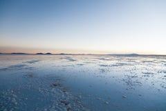 θηλυκή τοποθέτηση στρώματος λιμνών της Βολιβίας de distance 01 06 2000 απομονωμένη από πέρα από salar το αλμυρό λεπτό ύδωρ περπατ Στοκ Φωτογραφίες