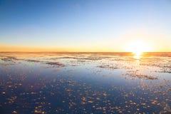 θηλυκή τοποθέτηση στρώματος λιμνών της Βολιβίας de distance 01 06 2000 απομονωμένη από πέρα από salar το αλμυρό λεπτό ύδωρ περπατ Στοκ Εικόνα