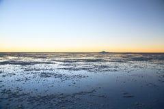 θηλυκή τοποθέτηση στρώματος λιμνών της Βολιβίας de distance 01 06 2000 απομονωμένη από πέρα από salar το αλμυρό λεπτό ύδωρ περπατ Στοκ Φωτογραφία