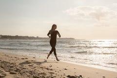 θηλυκή τρέχοντας σκιαγραφία Στοκ Εικόνες